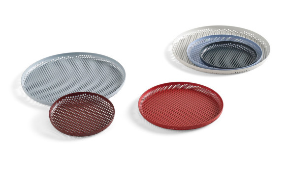 Tácky Perforated Tray od HAY